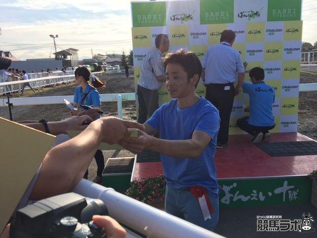 ファンのサインに応じる岩田康誠騎手