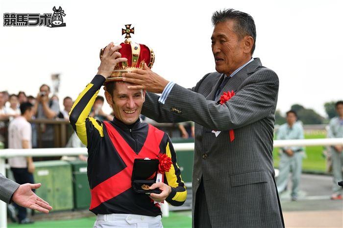 毎日王冠をリアルスティールで制したミルコ・デムーロ騎手。右はノーザンファーム・吉田勝己代表